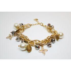 Láncos karkötő gyöngy és virág medálokkal