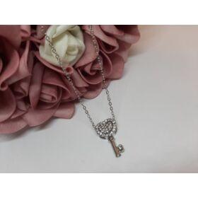 Kulcs medálos ezüst színű nyaklánc, strasszkövekkel díszítve