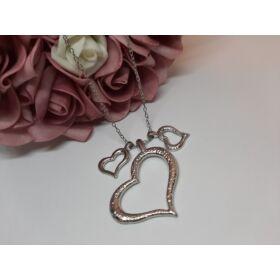 Tripla szív medálos ezüst színű nyaklánc, strasszkövekkel díszítve