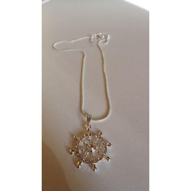 Kormánykerék medálos ezüst színű nyaklánc, strasszkövekkel díszítve
