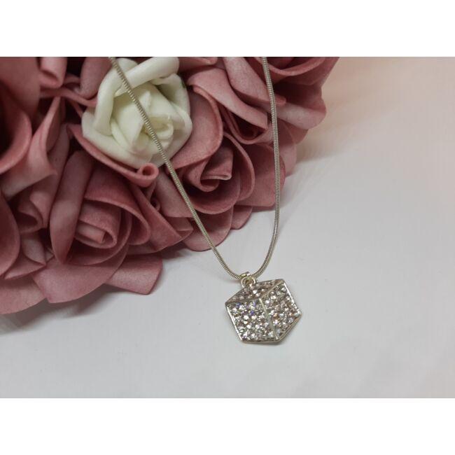 Kocka medálos ezüst színű nyaklánc, strasszkövekkel díszítve