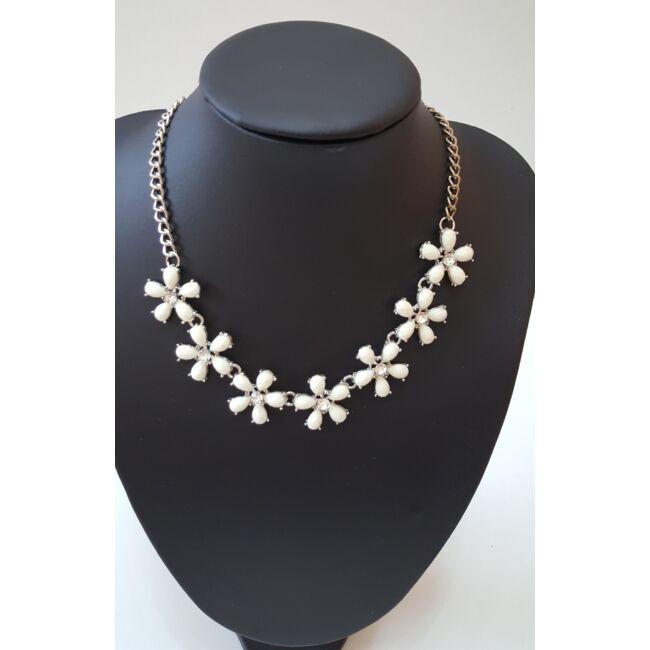 Apró virág mintás nyaklánc, fehér