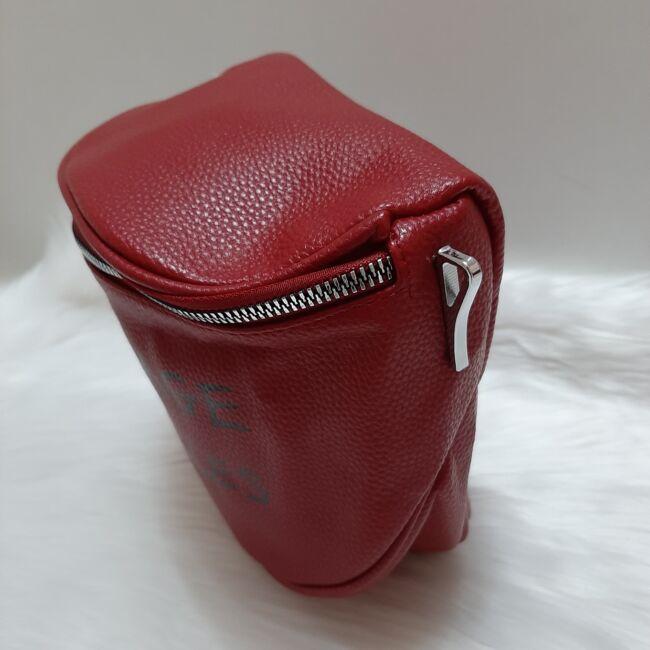 Keresztpántos női táska felirattal bordó
