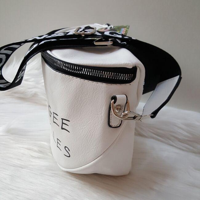 Keresztpántos női táska felirattal fehér