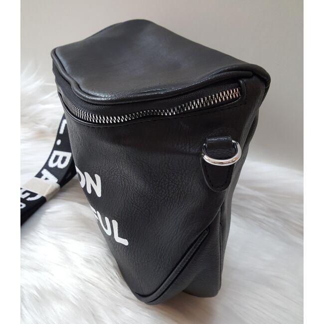 Keresztpántos női táska felirattal fekete