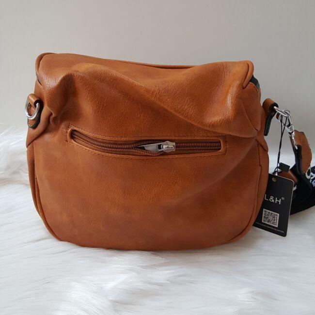 Keresztpántos női táska felirattal barna